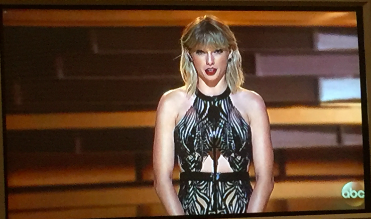Taylor Swift announcing Entertainer of the Year