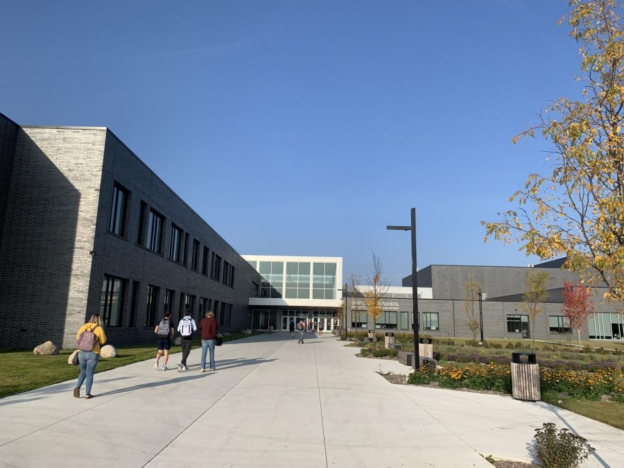 Students+walk+into+Sartell+High+School+ready+for+hybrid+learning